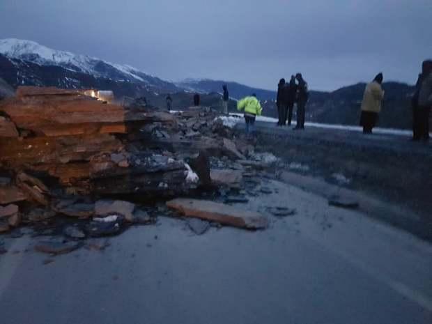 الحادث الثاني هذا الشهر.. انهيار جبلي على طريق تيزي نتيشكا (صور)