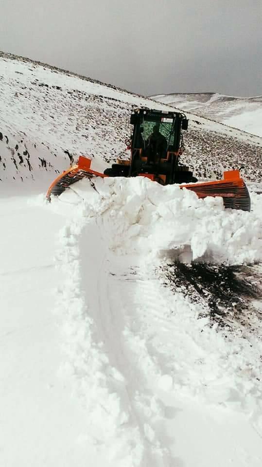 بالصور.. مجهودات كبيرة ومعاناة مضاعفة لفرق إزاحة الثلوج