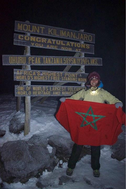 عمرها 23 عاما وهي خريجة جامعة الأخوين.. جميلة مغربية ترفع الراية على أعلى قمة جبلية في إفريقيا (صور)