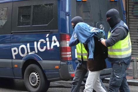 حجز أسلحة نارية متطورة وسيارات فارهة.. الحرس الإسباني يفكك مافيا مغربية