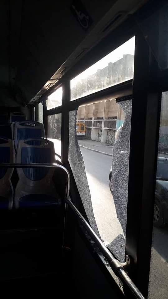 بالفيديو والصور من القنيطرة.. عصابة تخرب الحافلات والسيارات