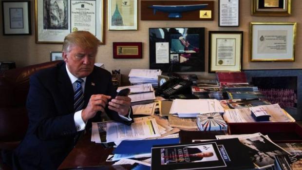 أعلن في تغريدة إقالة وزير الخارجية.. ترامب كيسير أمريكا عبر تويتر!