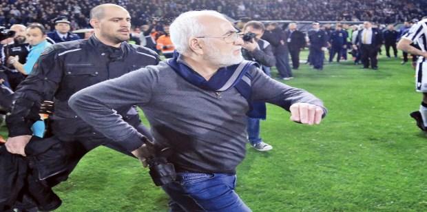 بسبب التهديد بسلاح ناري.. الفيفا تهدد اليونان