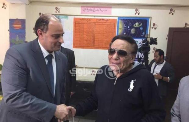 """انتخابات """"المحشي والمكرونة بالبشاميل"""".. عادل إمام في مكتب التصويت! (فيديو)"""