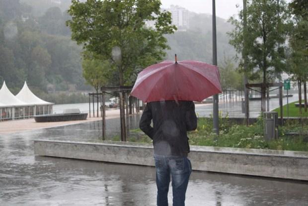 الجمعة.. غيوم وأمطار وزخات