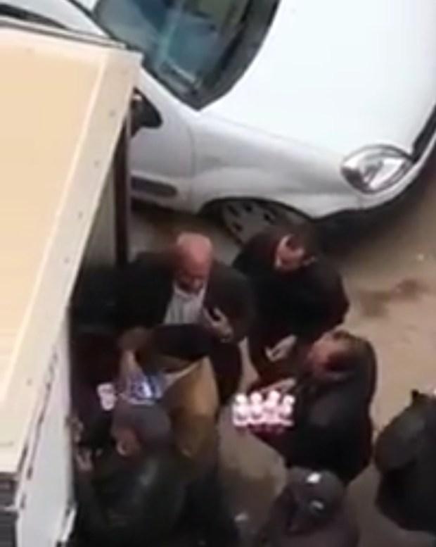 """بوهيوف واللهطة.. """"موظفين"""" في الفقيه بن صالح يتسابقون على ياغورت (فيديو)"""