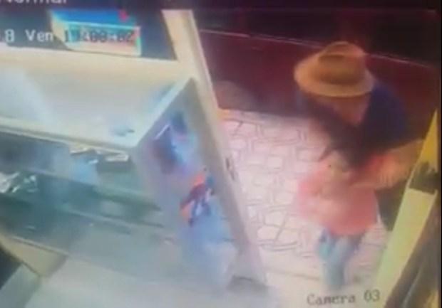 بالفيديو من الفقيه بنصالح.. تايواني يحاول اغتصاب طفلة في محل!!