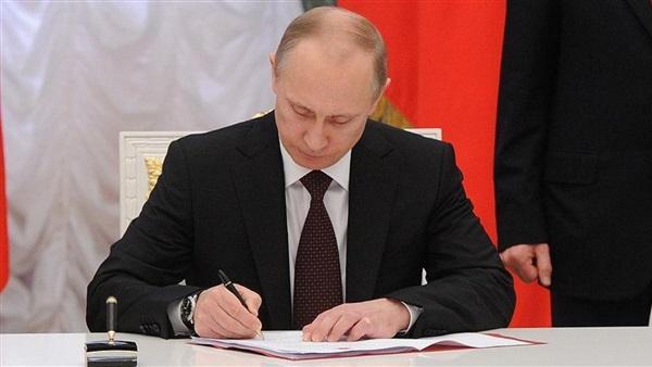 """""""ستيلو مذهب"""".. أكثر من 60 ألف أورو سعر قلم الرئيس الروسي"""