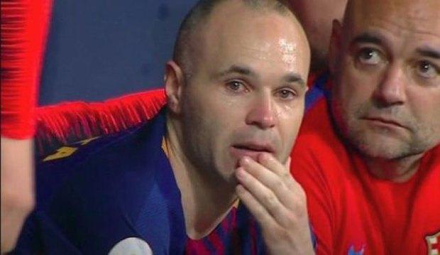 نهاية المشوار… دموع إنييستا تؤكِّد رحيله عن برشلونة