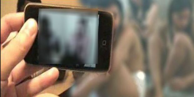 الفيديو انتشر على الفايس بوك.. وحدة صورات عيالات عريانات فالحمام