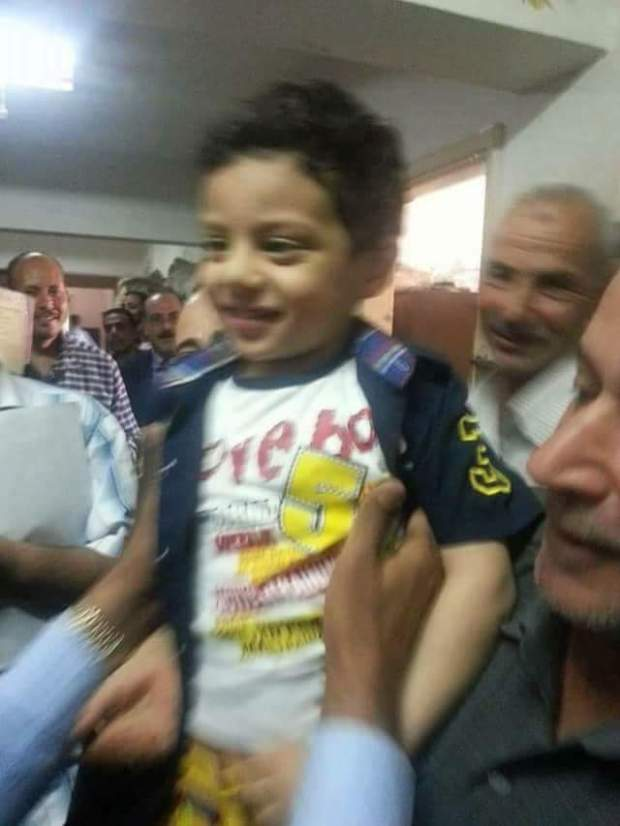 فعمرو 4 سنين.. طفل مصري كان غيمشي للحبس على بوسة!! (صور)