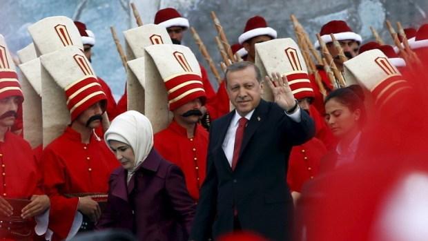 وسط الحملة الانتخابية طاحت العملة التركية.. أردوغان ما عندو زهر!
