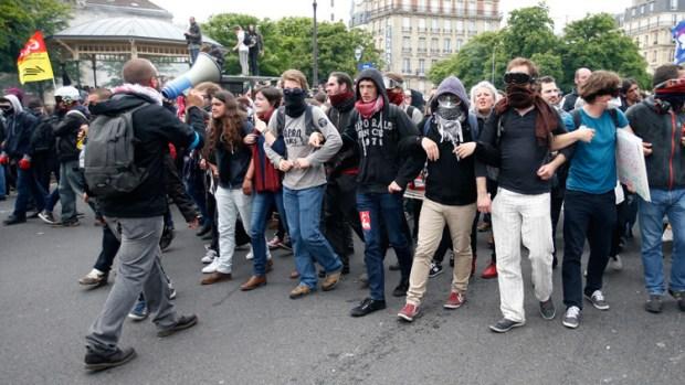 ملثمون وغاز مسيل للدموع.. الغليان في شوارع فرنسا