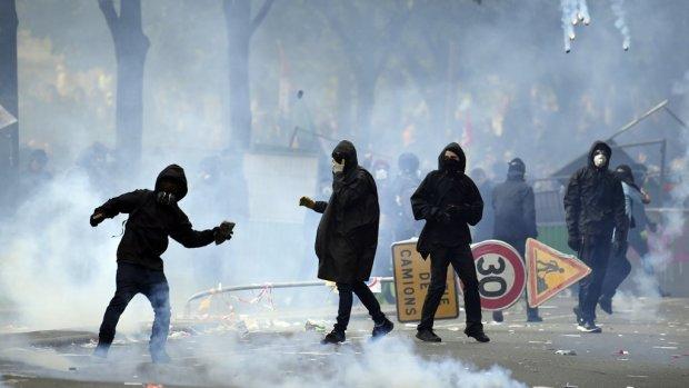 ملثمون وقنابل حارقة وتحطيم محلات.. فاتح ماي عنيف في فرنسا