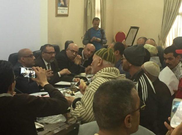 بالفيديو.. محتجون يقتحمون دورة مجلس طنجة