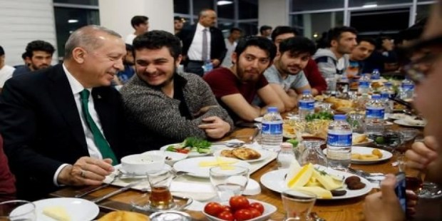 بالفيديو من تركيا.. أردوغان كيتسحر مع الطلبة فالحي الجامعي