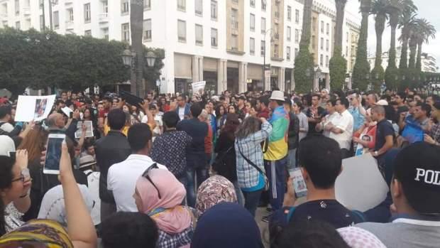 """بالصور من أمام البرلمان.. شعارات تطالب بالتراجع عن الأحكام الصادرة في حق """"معتقلي الريف"""""""