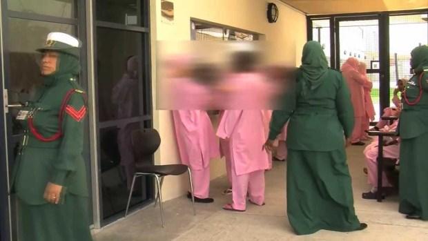 الإمارات.. مواطن مغربي يتهم السلطات بسجن والدته ظلما
