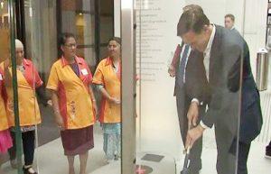 قولوها للمسؤولين ديالنا.. رئيس الوزراء في هولندا كيمسح الأرض بيديه!! (فيديو)