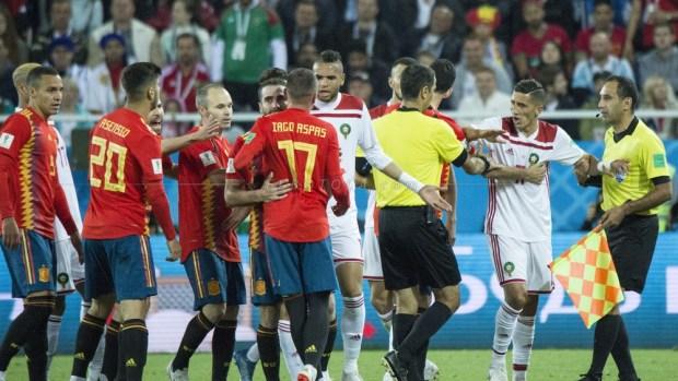 """انحياز وسرقة موصوفة.. مغاربة يهاجمون """"مافيا الفيفا""""!"""