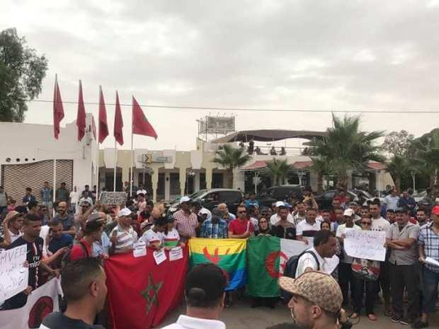 أعلام وقصص وشعارات.. مغاربة وجزائريون يطالبون بفتح الحدود (صور)