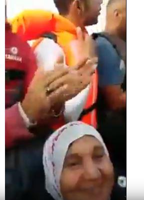 فيديو صادم.. سيّدة حاركة مع ولادها ففلوكة!!