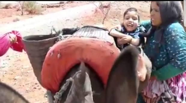ثلاثة أطفال معاقين تنقلهم على حمار.. قصة تدمي القلب لسيدة من شيشاوة