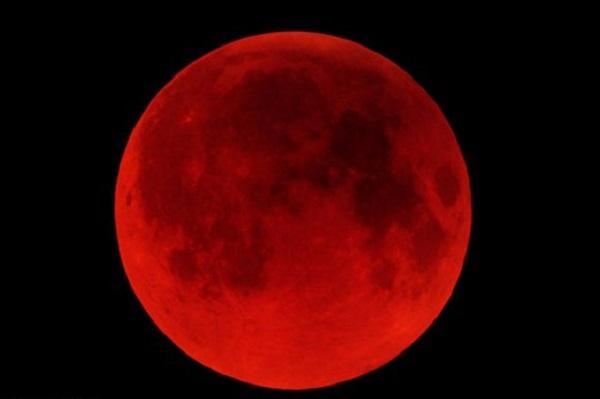 """بالفيديو.. مغاربة يتابعون """"القمر الأحمر"""""""