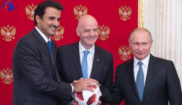 عطاه بالون ديال النهاية.. بوتين يسلم أمير قطر  شارة كأس العالم 2022