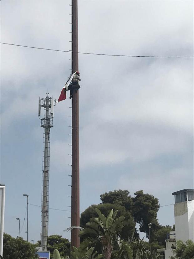 على طريقة مي عيشة.. رجل يحتج بتسلق عمود كهربائي في الرباط