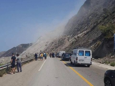 ماشي أول مرة.. انهيار صخري يقطع الطريق الساحلية بين تطوان والحسيمة