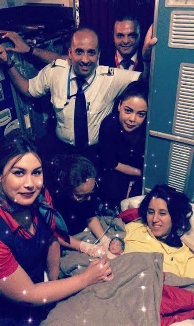 لارام تُؤكد أن الأم والطفلة في صحة جيدة.. تفاصيل ولادة مُفاجئة على متن طائرة
