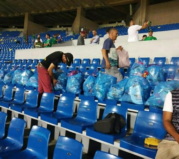 بالصور.. الجمهور الرجاوي على خطى اليابانيين في تنظيف الملعب!