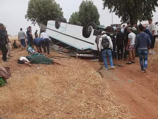 بالصور والفيديو.. 3 قتلى وحوالي 40 جريحا إثر انقلاب حافلة للنقل المزدوج قرب آسفي
