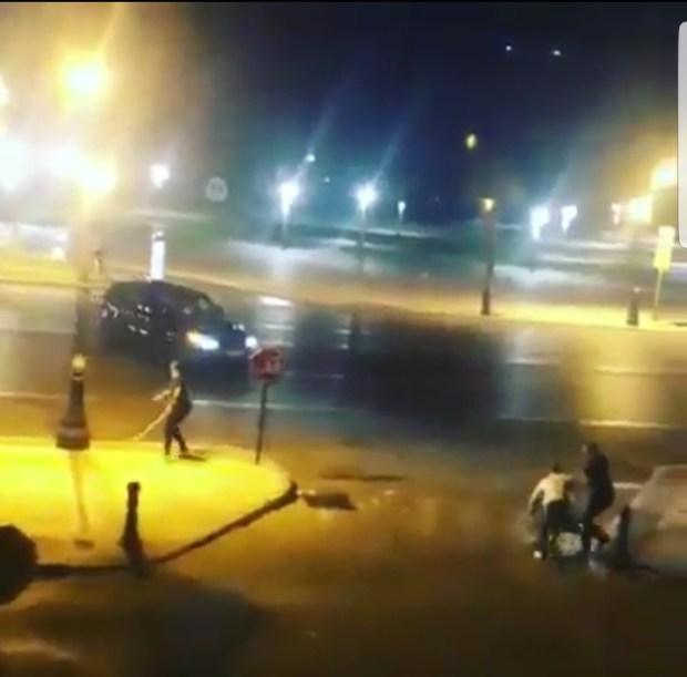 البسالة فين وصلات.. الدفاع عن النفس بواسطة الدهس بالسيارة!!! (فيديو)
