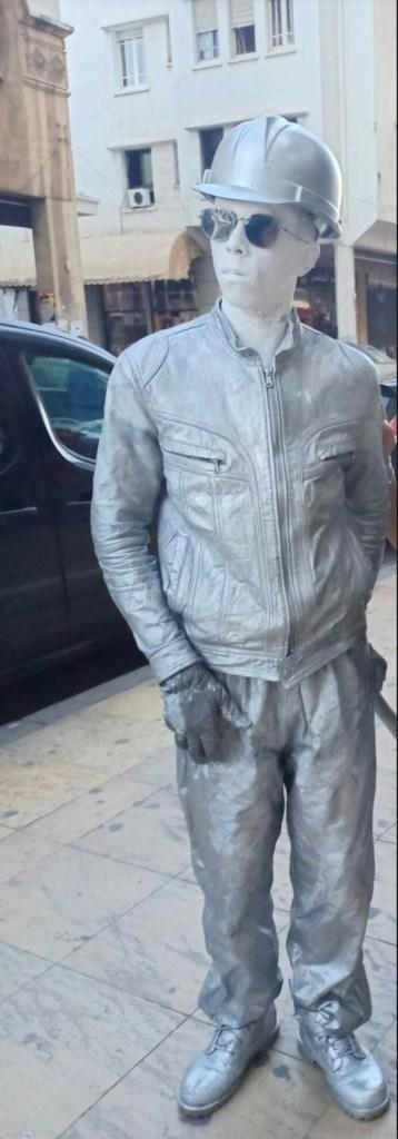 الناس كيتصورو معاه.. الرجل الحديدي يتجول في شوارع القنيطرة!! (صور)