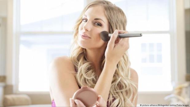قالوها العلما.. مستحضرات التجميل تؤثر على الهرمونات الأنثوية!