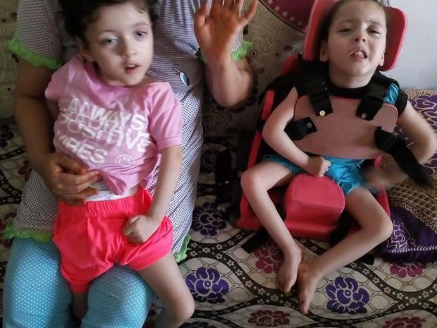 جوج بنات توام عندهم إعاقة وصرَع.. الأم أمل تستجدي المساعدة