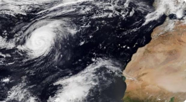 """مديرية الأرصاد الجوية: إعصار """"ليسلي"""" ما غيوصلش للمغرب"""