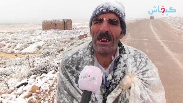 فلاح من وسط ثلوج تمحضيت: هاد الثلجة غترجع خير… حنا موالفين مع الثلج