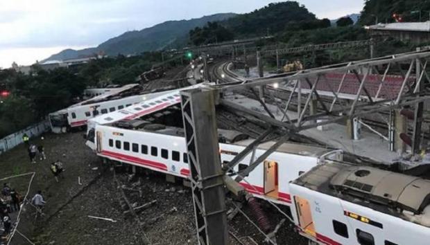 مقتل 17 وإصابة 132.. انقلاب قطار في التايوان (صور وفيديو)
