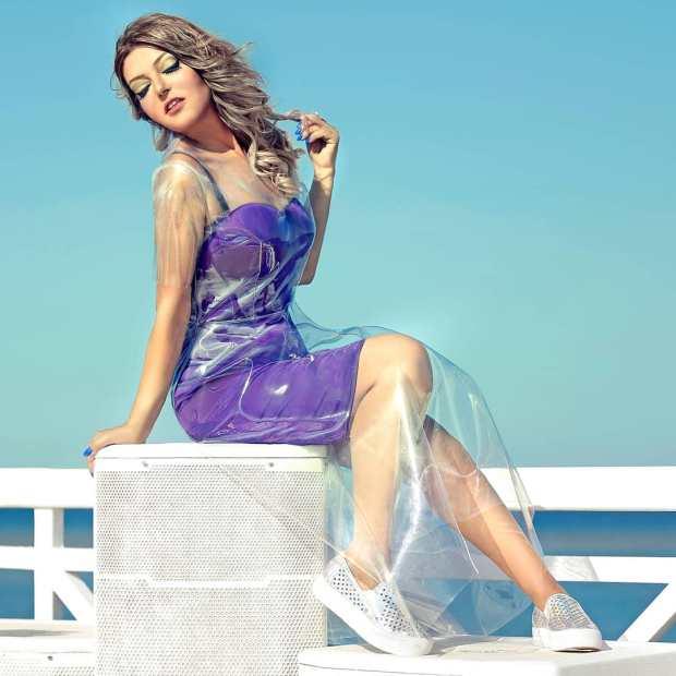 صور غريبة.. سميرة سعيد تطل على جمهورها بغطاء بلاستيكي!!