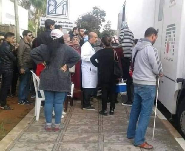 قمة الإنسانية.. كفيف ينتظر دوره للتبرع بالدم لضحايا قطار بوقنادل