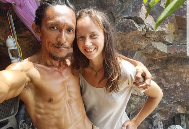 بالصور.. طرزان تايلاند يكشف مغامراته العاطفية مع السائحات! (صور)