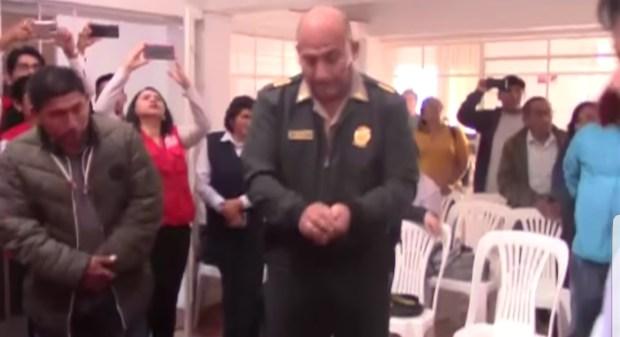 وها السياسة..  رئيس بلدية في بيرو يحصل على منصب بالحظ! (فيديو)