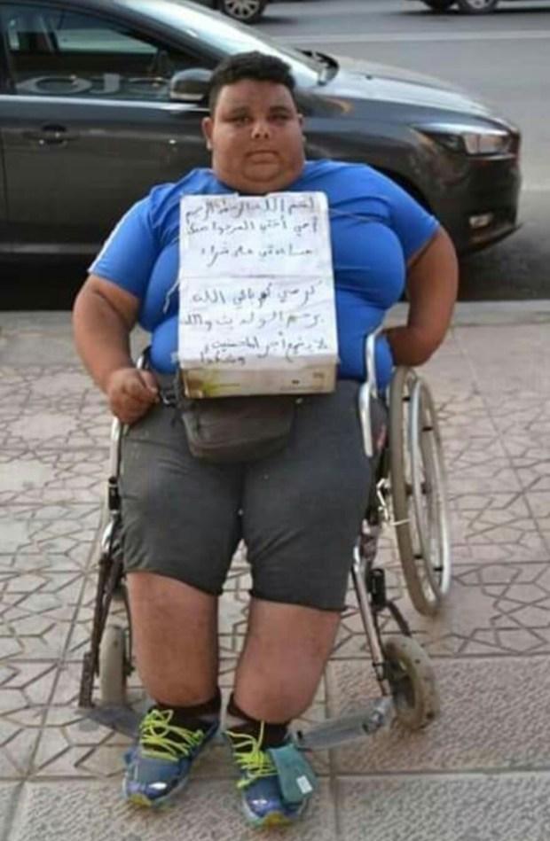 طلب مساعدة.. شاب في مدينة القنيطرة يحتاج كرسيا كهربائيا (صور)
