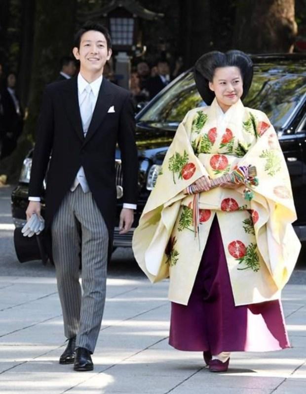 """داك الشي ديال الأفلام.. أميرة يابانية تتخلى عن اللقب لتتزوج """"ولد الشعب""""!! (صور وفيديو)"""
