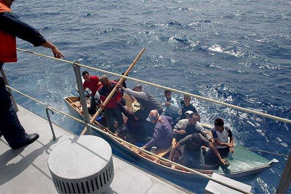حاولوا الهجرة بقارب صيد تقليدي مسروق.. توقيف 8 مهاجرين في سواحل العيون