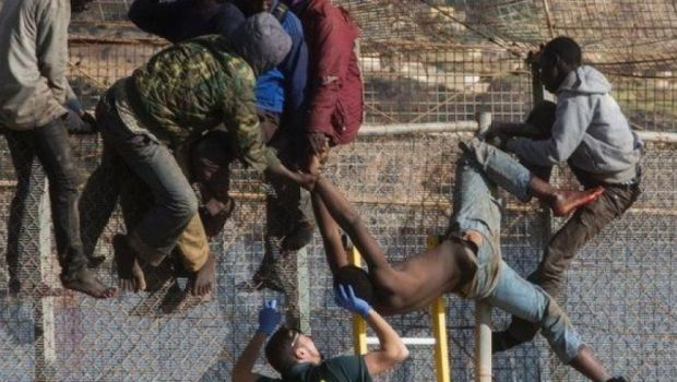 حوالي 300.. وفاة مهاجر في عملية اقتحام لمليلية