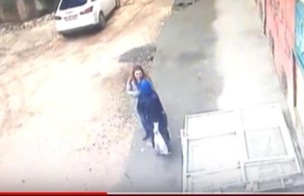 بالفيديو من تركيا.. أرض تنشق وتبتلع سيدتين!